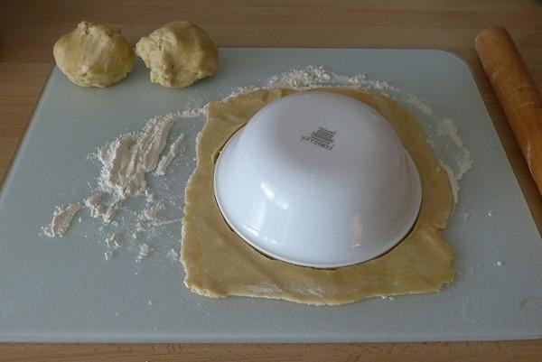 Раскатала тесто, вырезала круг с помощью тарелки
