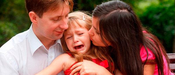 Ребенок плохо ведет себя рядом с мамой: каковы причины